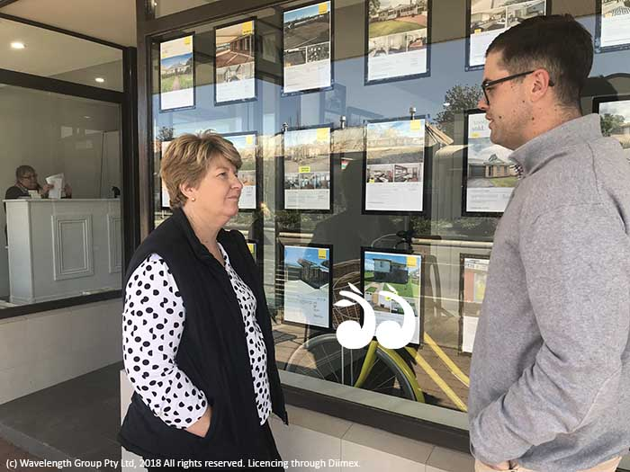 Lee Watts, manager of Scone Neighbourhood Resource Centre speaking with Mac Dawson from Ray White Scone.